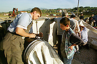 """Nach dem Erdbeben im August in der Tuerkei leben tausende Menschen in Zeltlagern und Behilfszelten.<br /> Die Hilfsorganisation """"Kinder haben Rechte"""" hat in der Ortschaft Yuvacik-Koey eine Traglufthalle aufgebaut, die fuer die Kinder als Schulhaus dienen soll, da nicht klar ist, ob und wann die Regierung ein neues Schulhaus errichtet.<br /> Hier: Felix Bierbaum (20 Jahre) von Technischen Hilfswerk (THW) aus Bietigheim-Bissingen beim Bau Traglufthalle. Das THW schickte auf Anfrage des Vereins """"Kinder haben Rechte"""" unetgeldlich zwei Mitarbeiter zum Aufbau der Halle.<br /> 13.10.1999, Yuvacik-Koey/Tuerkei<br /> Copyright: Christian-Ditsch.de<br /> [Inhaltsveraendernde Manipulation des Fotos nur nach ausdruecklicher Genehmigung des Fotografen. Vereinbarungen ueber Abtretung von Persoenlichkeitsrechten/Model Release der abgebildeten Person/Personen liegen nicht vor. NO MODEL RELEASE! Nur fuer Redaktionelle Zwecke. Don't publish without copyright Christian-Ditsch.de, Veroeffentlichung nur mit Fotografennennung, sowie gegen Honorar, MwSt. und Beleg. Konto: I N G - D i B a, IBAN DE58500105175400192269, BIC INGDDEFFXXX, Kontakt: post@christian-ditsch.de<br /> Bei der Bearbeitung der Dateiinformationen darf die Urheberkennzeichnung in den EXIF- und  IPTC-Daten nicht entfernt werden, diese sind in digitalen Medien nach §95c UrhG rechtlich geschützt. Der Urhebervermerk wird gemaess §13 UrhG verlangt.]"""
