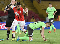 BOGOTÁ - COLOMBIA, 19-08-2017: Yeison Gordillo (Izq.) jugador de Santa Fe disputa el balón con Nicolas Benedetti (Der.) jugador del Cali durante el encuentro entre Independiente Santa Fe y Deportivo Cali por la fecha 9 de la Liga Aguila II 2017 jugado en el estadio Nemesio Camacho El Campin de la ciudad de Bogota. / Yeison Gordillo (L) player of Santa Fe struggles for the ball with Nicolas Benedetti (R) player of Cali during match between Independiente Santa Fe and Deportivo Cali for the date 9 of the Aguila League II 2017 played at the Nemesio Camacho El Campin Stadium in Bogota city. Photo: VizzorImage/ Gabriel Aponte / Staff