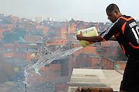 ATENÇÃO EDITOR: FOTO EMBARGADA PARA VEÍCULOS INTERNACIONAIS. - SAO PAULO, 30 NOVEMBRO, SP - Nesta manha da sexta feira, incendio na favela paraisopolis.FOTO: ADRIANO LIMA / BRAZIL PHOTO PRESS).