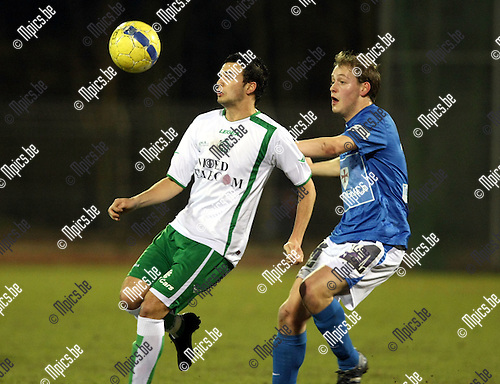 2010-03-17 / Voetbal / seizoen 2009-2010 / KV Turnhout - KVSK United / Davy Brouwers met Tom Proost van Turnhout in de rug..Foto: Mpics