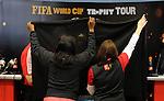 FUDBAL, BEOGRAD, 31. Mar. 2010. - Postavljanje postolja na kome ce biti izlozen trofej FIFA. Originalni FIFA trofej Svetskog fudbalskog prvenstva stigao je u sredu u Beograd u okviru svetske turneje tokom koje ce obici 84 drzave. . Foto: Nenad Negovanovic