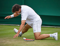 London, England, 29 june, 2016, Tennis, Wimbledon, Igor Sijsling (NED) falls to the grass in his match against Jiri Vesely (CZE)<br /> Photo: Henk Koster/tennisimages.com