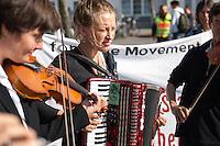 """Fluechtlingsdemonstration in Frankfurt an der Oder.<br /> Im Rahmen eines Protestcamps gegen das Fluechtlings-Aufnahmelager im knapp 30 Km entfernten Eisenhuettenstadt. Die ca 100 Demonstranten forderten u.a. die Abschaffung der Lager als Unterkunft fuer Asylsuchende, die Abschaffung der Residenzpflicht - """"Freedom of Movement"""". Flucht sein kein Verbrechen, so die Fluechtlinge.<br /> Vor Beginn der Demonstration gab es einige rassistische Poebeleien von Passanten.<br /> Im Bild: Die Musikgruppe """"Lebenslaute"""" spielt Musik zu Beginn der Demonstration.<br /> 26.8.2014, Frankfurt an der Oder<br /> Copyright: Christian-Ditsch.de<br /> [Inhaltsveraendernde Manipulation des Fotos nur nach ausdruecklicher Genehmigung des Fotografen. Vereinbarungen ueber Abtretung von Persoenlichkeitsrechten/Model Release der abgebildeten Person/Personen liegen nicht vor. NO MODEL RELEASE! Don't publish without copyright Christian-Ditsch.de, Veroeffentlichung nur mit Fotografennennung, sowie gegen Honorar, MwSt. und Beleg. Konto: I N G - D i B a, IBAN DE58500105175400192269, BIC INGDDEFFXXX, Kontakt: post@christian-ditsch.de<br /> Urhebervermerk wird gemaess Paragraph 13 UHG verlangt.]"""