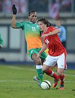 Fussball International  Freundschaftsspiel   14.11.2012 Oesterreich - Elfenbeinkueste Didier Drogba (li, Elfenbeinkueste) gegen Julian BAUMGARTLINGER (Oesterreich)