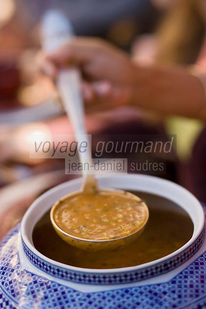 Afrique/Afrique du Nord/Maroc/Rabat: Hotel - Maison d'Hote Villa Mandarine repas dans le patio - Mme Claudie Imbert recoit ses amis service de la soupe harira