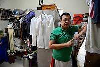 QATAR, Doha, housing complex for migrant worker outside the city, six filipino worker share a 10 square meter room / KATAR, Doha, Sammelunterkunft fuer Gastarbeiter, sechs philippinische Gastarbeiter muessen sich einen zehn Quadratmeter grossen Raum teilen, Arbeiter Ace