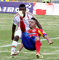 PASTO -COLOMBIA, 26-01-2014. Juan Sebastian Villota (Der.) jugador de Pasto disputa el balón con Walden Vargas (Izq.) jugador de Patriotas FC durante del partido por la fecha 1 de la Liga Postobon I 2014, jugado en el estadio Departamental Libertad de la ciudad de Pasto. / Juan Sebastian Villota (R) player of Pasto vies for the ball with Walden Vargas (L) of Patriotas FC match '1 League Postobon 2014 I played in the Departamental Libertad stadium Pasto city. Photo: VizzorImage/STR