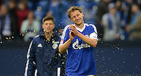 FUSSBALL   1. BUNDESLIGA   SAISON 2012/2013    31. SPIELTAG FC Schalke 04 - Hamburger SV          28.04.2013 Benedikt Hoewedes (FC Schalke 04) wird nach dem Abpfiff mit einem Erfrischungsgetraenk bespritzt.