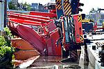 ALPHEN A/D RIJN - In Alphen a/d Rijn zijn de voorbereidende werkzaamheden begonnen(ondermeer door Vlasman) voor de bergingswerkzaamheden van de onlangs van het ponton geschoven mobiele kranen die op enkele gebouwen vielen. De bergingswerkzaamheden zullen verricht worden door de combinatie Mammoet en Hebo Maritiemservice. COPYRIGHT TON BORSBOOM