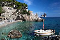 Italy, Campania, Capri: Beach view at Marina Piccola with Faraglioni rocks in distance   Italien, Kampanien, Provinz Neapel, Capri: Marina Piccola mit Strand und den Faraglioni