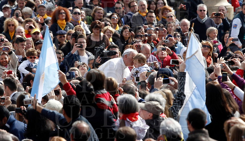 Papa Francesco bacia un bambino al suo arrivo all'udienza generale in Piazza San Pietro, Citta' del Vaticano, 10 aprile 2013..Pope Francis kisses a child as he arrives for his weekly general audience in St. Peter's square at the Vatican, 10 April 2013..UPDATE IMAGES PRESS/Isabella Bonotto..STRICTLY ONLY FOR EDITORIAL USE