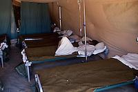 Tunisie RasDjir Camp UNHCR de refugies libyens a la frontiere entre Tunisie et Libye ....Tunisia Rasdjir UNHCR refugees camp  Tunisian and Libyan border  Tunisia campo profughi di Djiba al confine tra tunisia e Libia   un ammalato ne, letto di un ospedale da campo