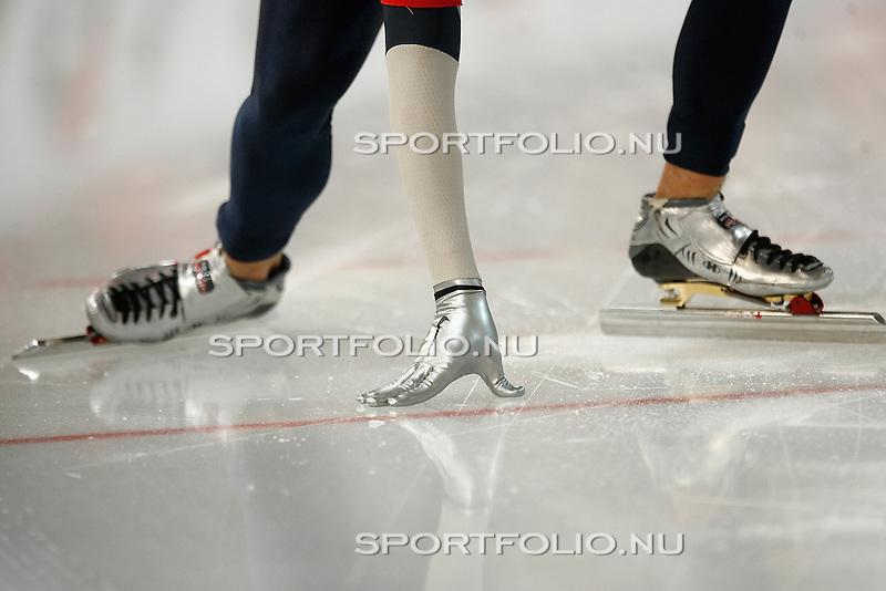Duitsland, Berlijn, 9 februari 2008 .WK schaatsen allround 2008  .Een schaatser start de 500 meter met de hand aan het ijs..