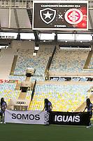 RIO DE JANEIRO, 27.04.2014 - Botafogo e sua campanha contra o racismo troca a cor de fundo onde fica o escudo da equipe durante o jogo contra Internacional disputado neste domingo no Maracanã. (Foto: Néstor J. Beremblum / Brazil Photo Press)