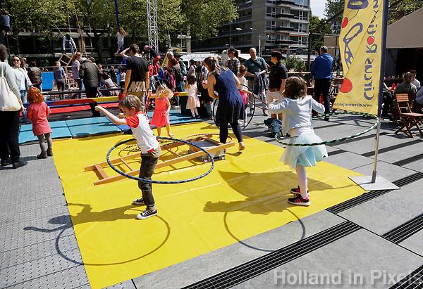 Nederland Rotterdam 2017. Rotterdam Circusstad. Kinderen zijn aan het hoepelen.   Foto Berlinda van Dam / Hollandse Hoogte