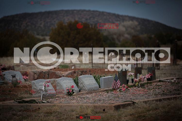 Tumbas de muertos de Estados Unidos. Lapidas en panteón de la region TONTO en Az. Bandera de USA, Flag, Flag usa,