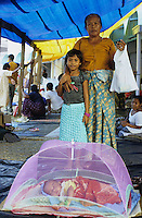 INDIEN Andamanen und Nikobaren Port Blair , Baby einer Familie von Nikobar Island unter Moskitonetz im Camp fuer evakuierte Nikobaresen nach Tsunami / INDIA Andaman and Nicobar Islands, Nicobarese baby under mosquito net in relief camp in Port Blair for Tsunami victims
