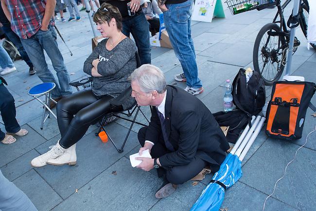 Ca. 300-350 Menschen nahmen am 3. Oktober 2014 vor dem Kanzleramt in Berlin an einer Mahnwache fuer den Frieden der sog. Montagsdemo teil.<br /> An der Manhwache nahmen Vertreter der sog. Querfront-Iedologie und Verschwoerungstheoretiker teil<br /> Zu den Kundgebungsteilnehmern sprach neben bekennenden Rechten auch der deutsche Pop- und Schlagersaenger Xavier Naidoo.<br /> Im Bild: Der Journalist und Herausgeber der Querfrontmagazin &quot;Compact&quot; Juergen Elsaesser.<br /> 3.10.2014, Berlin<br /> Copyright: Christian-Ditsch.de<br /> [Inhaltsveraendernde Manipulation des Fotos nur nach ausdruecklicher Genehmigung des Fotografen. Vereinbarungen ueber Abtretung von Persoenlichkeitsrechten/Model Release der abgebildeten Person/Personen liegen nicht vor. NO MODEL RELEASE! Don't publish without copyright Christian-Ditsch.de, Veroeffentlichung nur mit Fotografennennung, sowie gegen Honorar, MwSt. und Beleg. Konto: I N G - D i B a, IBAN DE58500105175400192269, BIC INGDDEFFXXX, Kontakt: post@christian-ditsch.de<br /> Urhebervermerk wird gemaess Paragraph 13 UHG verlangt.]