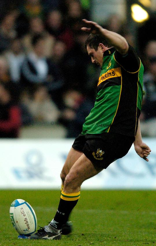 Photo: Richard Lane..Northampton Saints v Toulouse. Heineken Cup. 04/12/2004..Paul Grayson kicks.