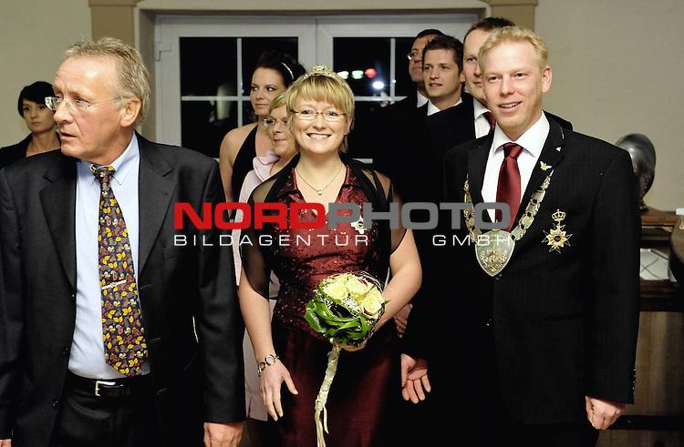 K&ouml;nigsball BSV Vechta 2009 KOmpanie Klappkaken im FIZZ am 14.03.2009<br /> <br /> K&ouml;nig Henning I Busch und K&ouml;nigin Andrea I Hummert, 1. Kompanie Klapphaken.<br /> li Kompanief&uuml;hrer Otto Bocklage<br /> <br /> Foto: &copy; nph ( nordphoto )