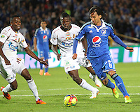 BOGOTA -COLOMBIA. 19-04-2014. Rafael Robayo (Der) de Millonarios  disputa el balon contra Julian Quiñonez del Deportes Tolima  partido por la fecha 18 de La liga Postobon 1 disputado en el estadio Nemesio Camacho El Campin. /  Rafael Robayo(R) of Millonarios  dispute the balloon against  Julian Quiñonez  of Deportes Tolima match date 18 The Postobon one league match at the Estadio Nemesio Camacho El Campin. . Photo: VizzorImage/ Felipe Caicedo / Staff