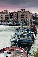 Europe/France/Aquitaine/64/Pyrénées-Atlantiques/Pays-Basque/Saint-Jean-de-Luz: Le port de pêche  et la Maison de l'Infante dans le lumière du soir
