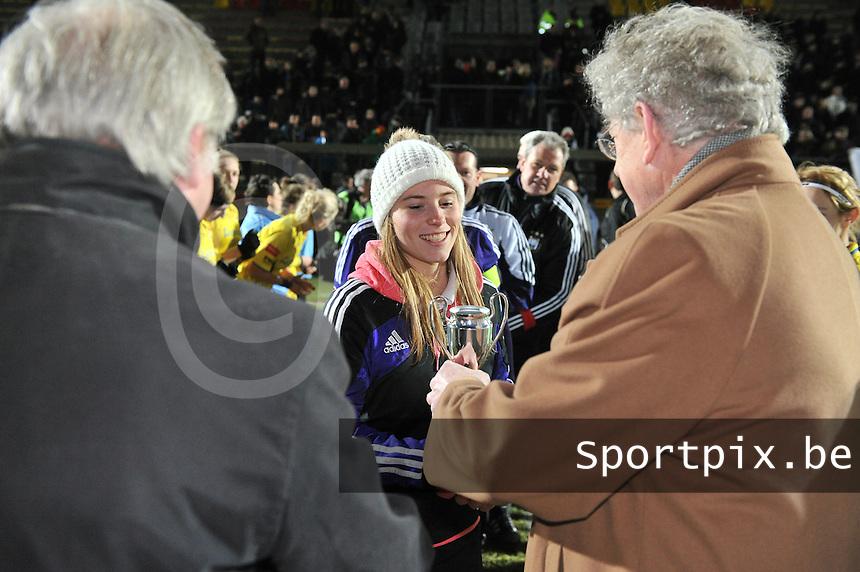 Waasland Beveren Sinaai Girls - RSC Anderlecht : Jana Coryn  krijgt een beker van François De Keersmaecker (links) en Marc Lesenfants (rechts).foto DAVID CATRY / Nikonpro.be