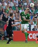 FUSSBALL   1. BUNDESLIGA   SAISON 2013/2014   2. SPIELTAG SV Werder Bremen - FC Augsburg       11.08.2013 Daniel Baier (li, FC Augsburg) gegen Felix Kroos (re, SV Werder Bremen)