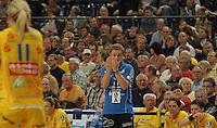 Handball, Frauen, 1. Bundesliga. HC Leipzig gg Bayer Leverkusen. im Bild: Zeichen fuer seine Spielerinnen gibt der Leipziger Coach Heine Jensen.  Foto: Alexander Bley