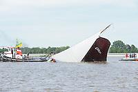 SKUTSJESILEN: LEMMER: Baai van Lemmer, 29-05-2014, Lemmer Ahoy, Skutsje de Eemlander (schipper Ruud Schaap) ging vlak voor de finish om,  ©foto Martin de Jong