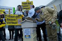 Ca. 25 Bienenzuechter und das Kampagnennetzwerk campact protestierten am Mittwoch den 16. Januar 2013 vor dem Bundeskanzleramt gegen den zunehmenden Einsatz von Pestizieden in der Landwirtschaft. Der Einsatz von Insektenvernichtungsmitteln gefaehrdet die Bienen und somit die Existenz der Imker.<br />Im Bild: Imker betrachten tote Bienen aus einem Bienenstock.<br />16.1.2013, Berlin<br />Copyright: Christian-Ditsch.de<br />[Inhaltsveraendernde Manipulation des Fotos nur nach ausdruecklicher Genehmigung des Fotografen. Vereinbarungen ueber Abtretung von Persoenlichkeitsrechten/Model Release der abgebildeten Person/Personen liegen nicht vor. NO MODEL RELEASE! Don't publish without copyright Christian-Ditsch.de, Veroeffentlichung nur mit Fotografennennung, sowie gegen Honorar, MwSt. und Beleg. Konto:, I N G - D i B a, IBAN DE58500105175400192269, BIC INGDDEFFXXX, Kontakt: post@christian-ditsch.de<br />Urhebervermerk wird gemaess Paragraph 13 UHG verlangt.]