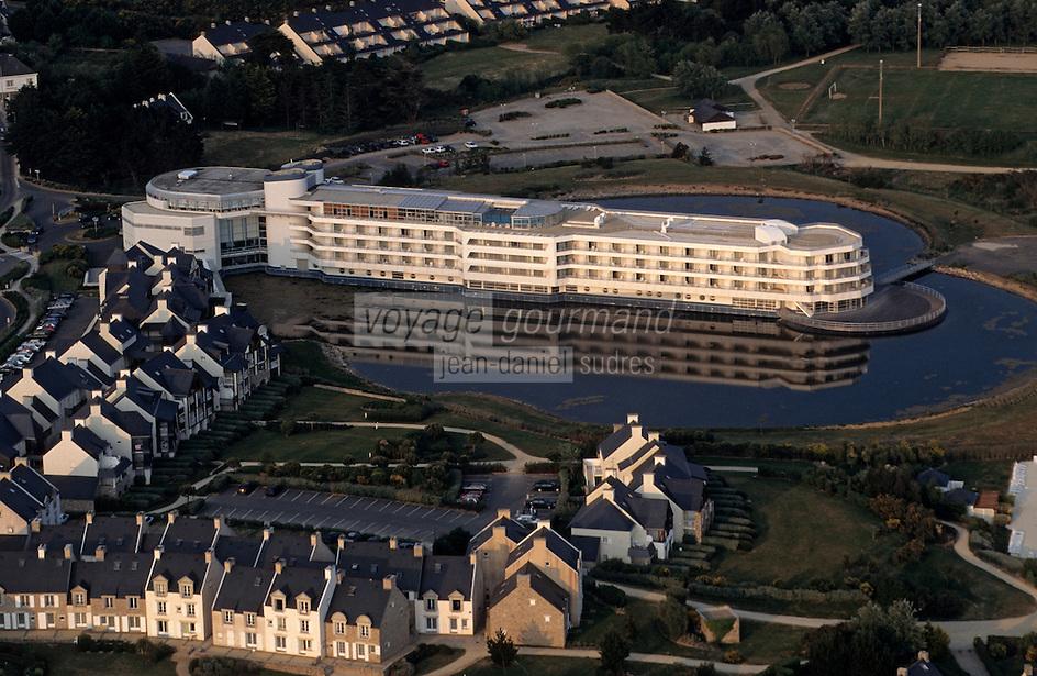 """Europe/France/Bretagne/56/Morbihan/Presqu'île de Rhuys/Port de Crouesty: Vue aérienne de l'hôtel """"Miramar"""" (centre de thalassothérapie)"""