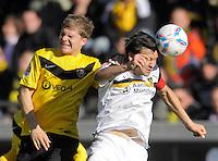 Fussball, 2. Bundesliga, Saison 2011/12, SG Dynamo Dresden - Alemannia Aachen, Sonntag (16.10.11), gluecksgas Stadion, Dresden. Dresdens Florian Jungwirth (li.) gegen Aachens Benjamin Auer.