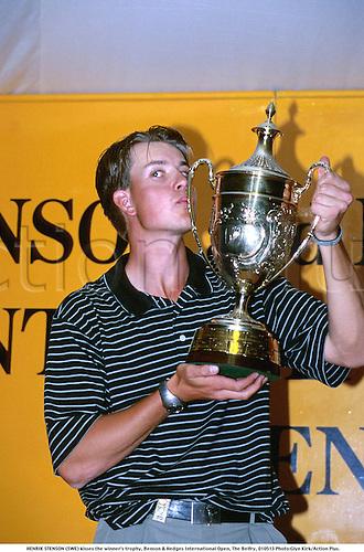 HENRIK STENSON (SWE) kisses the winner's trophy, Benson & Hedges International Open, The Belfry, 010513. Photo:Glyn Kirk/Action Plus....2001.Golf.celebration.celebrate.celebrating.celebrations.joy.celebrates.golfer golfers
