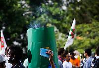 SAO PAULO, SP, 19 DE MAIO DE 2012 - MARCHA DA MACONHA 2012- Manifestantes participam da Marcha da Maconha 2012 no vao do MASP na Avenida Paulista, nesta tarde de sabado.FOTO: DEBBY OLIVEIRA / BRAZIL PHOTO PRESS