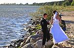 Nowożeńcy na  brzeu Zatoki Puckiej spełniają tradycyjny toast tradycyjny toast