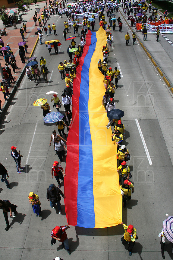 BOGOTA -COLOMBIA. 27-ABRIL-2015. Marcha nacional del magisterio exigiendo mejoras salariales. ./ National march of teachers demanding pay rise. Photo: VizzorImage/ Felipe Caicedo / Staff