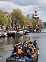 Boote am K&ouml;nigstag auf Gracht Oudeschans und Montalbaanstoren, Amsterdam, Provinz Nordholland, Niederlande<br /> Boats at Kings day on Gracht Oudeschans and Montalbaanstoren, Amsterdam, Province North Holland, Netherlands
