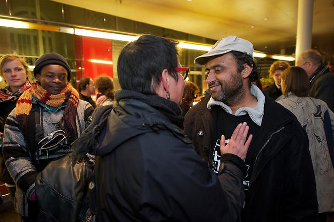 Seit Mittwoch den 9. Oktober 2013 befinden sich in Berlin etwa 2 dutzend Fluechtlinge vor dem Brandenburger Tor erneut im Hungerstreik.<br />Die Fluechtlinge fordern die Anerkennung ihrer Asylantraege und wollen den Hungerstreik so lange weiterfuehren bis ihre Forderung erfuellt wird.<br />Ein erster Hungerstreik im Winter wurde nach mehreren Wochen erfolglos beendet.<br />Am 6. Tag des Hungerstreiks, Montag den 14. Oktober 2013, verkuenden die Fluechtlinge, dass sie ab sofort zusaetzlich auch in einen Durststreik treten.<br />Hier: In den Abendstunden des 11. Tag des Hungertreiks, Samstag den 19. Oktober 2013, wurde der Hungerstreik beendet. Unter Vermittlung von Ruediger Veit, SPD-MDB und Sprecher der Fraktionsarbeitsgruppe Migration und Intergration, Dilek Kolat, Berliner Senatorin fuer Arbeit, Frauen und Integration, sowie Dr. Michael Griesbeck, Vizepraesident des Bundesamtes fuer Migration und Fluechtlinge un Vertretern der ev. Kirche wurde ein Loesung gefunden, die die hungerstreikenden Fluechtlinge akzeptiert haben.<br />Rechts: Golam Mwali, einer der Sprecher der Fluechtlinge, der an den Verhandlungen teilgenommen hat.<br />19.10.2013, Berlin<br />Copyright: Christian-Ditsch.de<br />[Inhaltsveraendernde Manipulation des Fotos nur nach ausdruecklicher Genehmigung des Fotografen. Vereinbarungen ueber Abtretung von Persoenlichkeitsrechten/Model Release der abgebildeten Person/Personen liegen nicht vor. NO MODEL RELEASE! Don't publish without copyright Christian Ditsch/version-foto.de, Veroeffentlichung nur mit Fotografennennung, sowie gegen Honorar, MwSt. und Beleg. Konto:, I N G - D i B a, IBAN DE58500105175400192269, BIC INGDDEFFXXX, Kontakt: post@christian-ditsch.de.<br />Urhebervermerk wird gemaess Paragraph 13 UHG verlangt.]