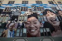 Facciata di una casa con grande murale a San Francisco Chinatown raffigurante volti di origine cinese<br /> Facade of a house with a large mural in San Francisco Chinatown depicting faces of people of Chinese origin