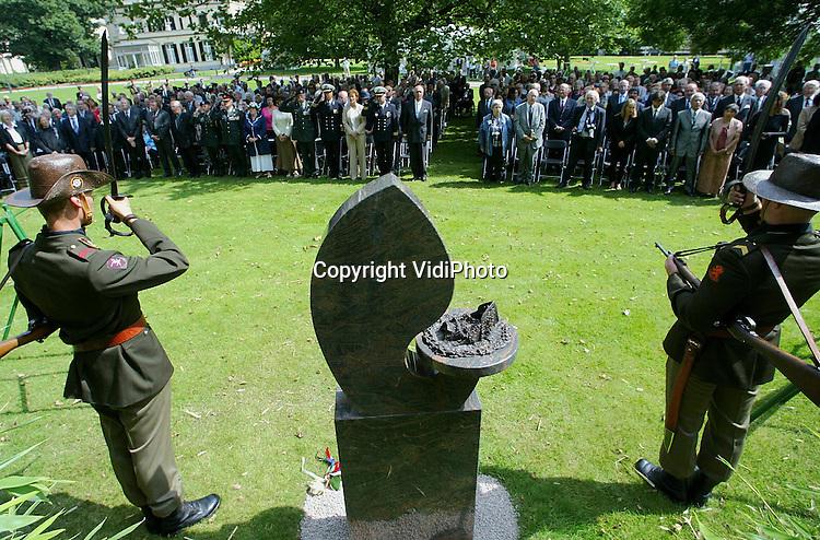 Foto: VidiPhoto..ARNHEM - Op landgoed Bronbeek in Arnhem is dinsdag een monument onthuld ter nagedachtenis aan de slachtoffers van de Japanse zeetransporten in de periode 1942-1945. Ruim 68.000 krijgsgevangen, burgers en Indische arbeiders werden per schip weggevoerd om elders dwangarbeid te verrichten. In totaal kwamen tijdens die tochten 22.000 mensen om het leven. Het monument werd onthuld door twee hoogebejaarde overlevenden: A. Bloem en H. Herklotz, vergezeld van hun kleinzoons.