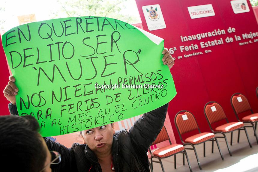 Quer&eacute;taro, Qro. 06 de marzo de 2015. - Ciudadanos protestan contra la discriminaci&oacute;n y falta de oportunidades, contra los ahora candidatos Pancho Dom&iacute;nguez, y Roberto Loyola, otrora alcaldes; durante la inauguraci&oacute;n de la XVI Feria Estatal de la Mujer 2015. <br /> <br /> (Con informaci&oacute;n del SEDIF).<br /> <br /> Foto: Demian Ch&aacute;vez / Obture Press Agency.