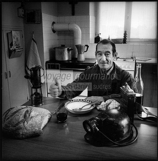 """Europe/France/Midi-Pyrénées/12/Aveyron/Saint-Parthem: Eugéne Garcia dit """"Yeton"""" ancien mineur des mines de Décazeville dans sa cuisine- Amateur de Stockfish ou Estofinado [(<br /> PHOTO D'ARCHIVES // ARCHIVAL IMAGES<br /> FRANCE 2000"""