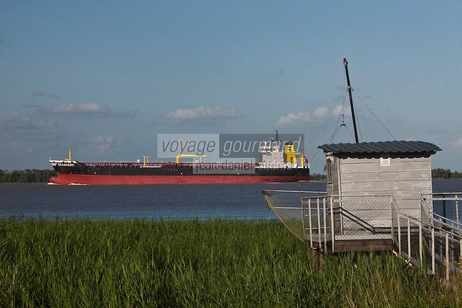 Europe/France/Aquitaine/33/Gironde/Pauillac: Navigation fluviale et carrelet sur l'Estuaire de la Gironde