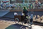 Nederland, Utrecht, 11-04-2011 Fietsen . Een zogenaamde bakfietsmoeder rijdt met twee kinderen in de bak over het fietspad, aan de bagagedrager een opgevouwen buggy. Foto: Gerard Til/Hollandse Hoogte