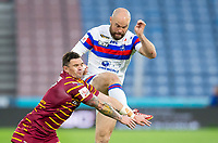 Picture by Allan McKenzie/SWpix.com - 11/05/2018 - Rugby League - Ladbrokes Challenge Cup - Huddersfield Giants v Wakefield Trinity - John Smith's Stadium, Huddersfield, England - Huddersfield's Danny Brough attempts to stop Wakefield's Liam Finn from clearing downfield.