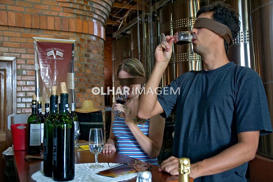 Degustação de vinho. Vale do Vinhedos. Bento Gonçalves. Rio Grande do Sul. 2007. Foto de Cris Berger.