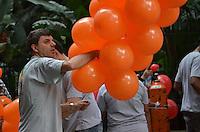 SAO PAULO, 02 DE JUNHO DE 2013 - MOVIMENTACAO PARADA GLBT - Pesoas trabalham nos preparativos finais para a Parada GLBT que acontece neste domingo, 02, na Avenida Paulista, regiao central da capital.  (FOTO: ALEXANDRE MOREIRA / BRAZIL PHOTO PRESS)