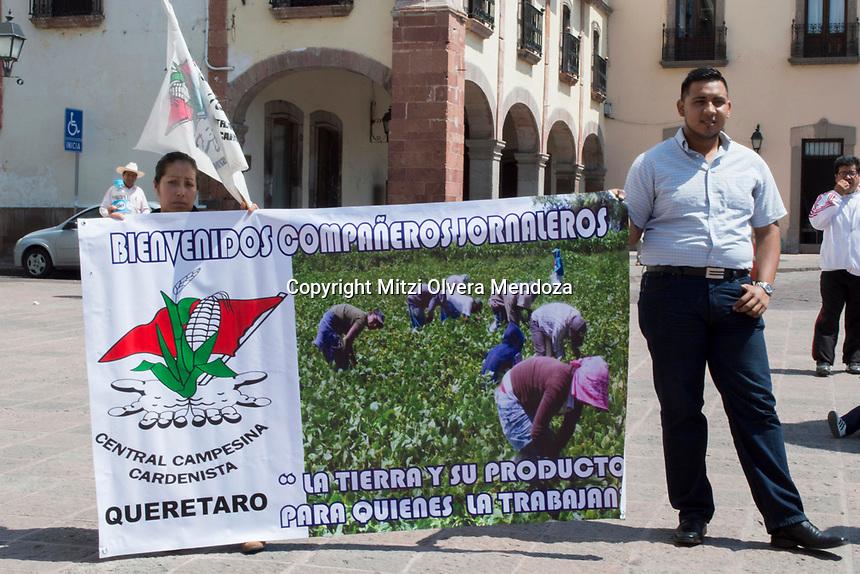 Querétaro, Qro. 16 de marzo de 2017.- La Central Campecina Cadenista de Querétaro, Unidad Cívica Felipe Carrillo Puerto, SUPAUAQ, entre otras organizaciones se manifestaron frente a palacio de gobierno estatal en Plaza de Armas para exigir sus demandas hacia el gobierno.