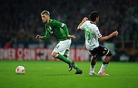 FUSSBALL   1. BUNDESLIGA    SAISON 2012/2013    8. Spieltag   SV Werder Bremen - Borussia Moenchengladbach  20.10.2012 Aaron Hunt (li, SV Werder Bremen) gegen Juan Arango (re, Borussia Moenchengladbach)